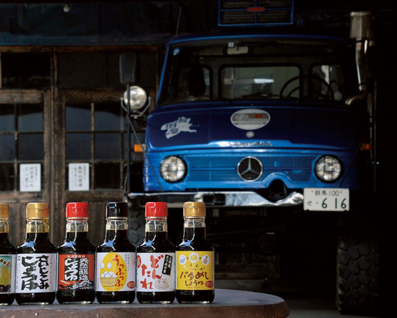 150mL瓶の醤油356円〜を、おみやげに。後ろのウニモグは社用車。