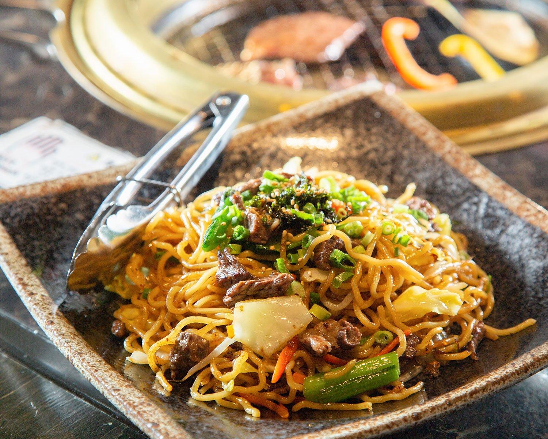 所沢産の牛肉、麺、醤油、野菜を使った所沢醤油焼きそば748円。