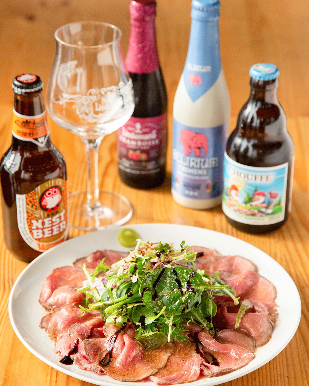 大盛りローストビーフ1089円。国内外のビール50種以上に加え、ワインや洋酒も多数。