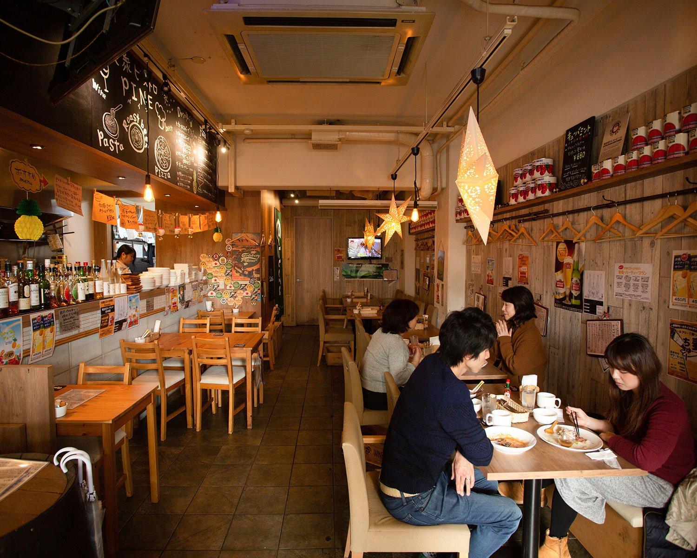 お昼はランチ、夜はお酒がメインでにぎわう。ランチセットは830円~。