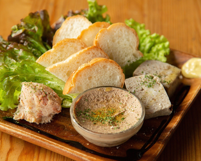 白レバーのパテ、豚肉のリエット、パテ・ド・カンパーニュの盛り合わせ1089円。