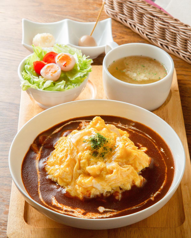 特製オムライス1050円は、特選うずらの卵を10個使用した贅沢な品。前菜の秘伝半熟漬け込みうずら卵は、出汁醤油と西京味噌の2種。