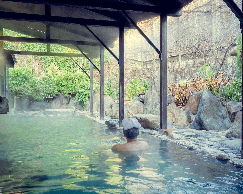 大きい方の露天風呂。石造りの庭が設けられており、たっぷりのお湯とともに贅沢な時間を過ごせる。