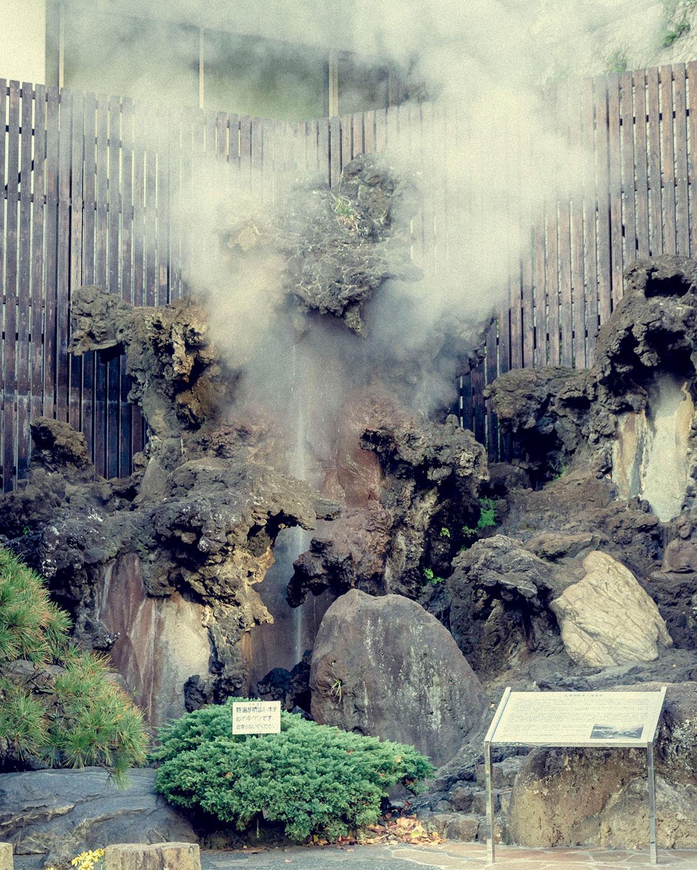 熱海の開湯伝説が伝わる大湯間歇(かんけつ)泉は『日航亭 大湯』のすぐ近く。現在は人工的に湯が噴き出す。向かいに「湯前神社」もある。