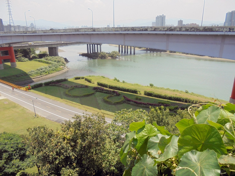 芸術村の高台からは、川が一望できる。ゆっくり流れる時間を楽しもう。