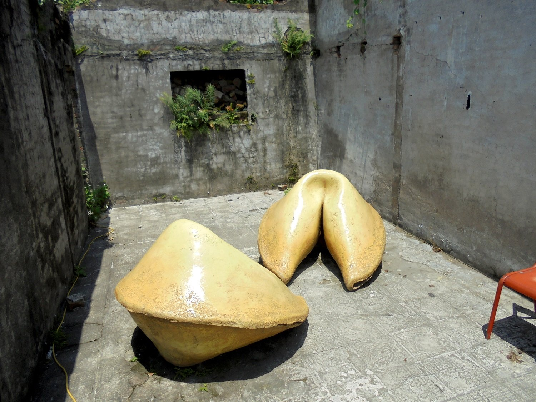 至るところに芸術作品がころがっている。これは大きなフォーチュンクッキーを模した作品。