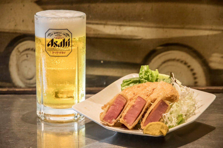 生ビール 370円(税別)、ボリュームたっぷりの名物ハムカツは380円。