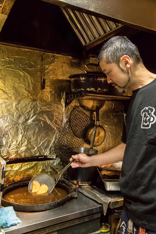 オーナーの井上勝司さん自ら厨房に立つ。