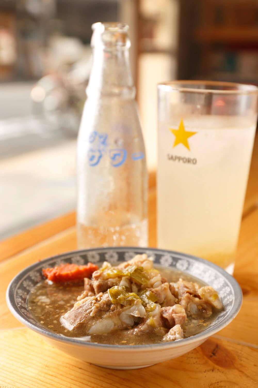 約2時間煮込んだ豚なんこつの煮込み380円のほか、牛もつや豚すじの煮込みもあり。串焼やちょっとしたツマミも豊富。まずは生チューハイ380円で乾杯したい。