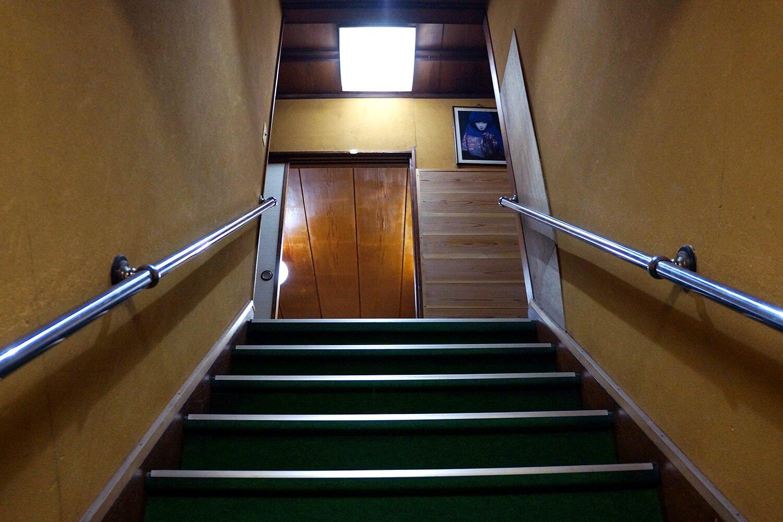 階段を上ると……