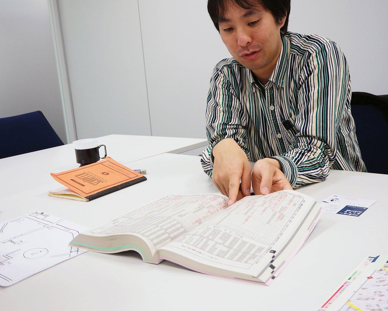 JR時刻表を開く今和泉さん。お目当てのページを見つけるのがめちゃくちゃ早いです。