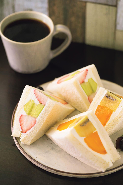 旬の果物をふんだんに使ったフルーツサンド700円(2ピース)~と日替わりのコーヒー600円。