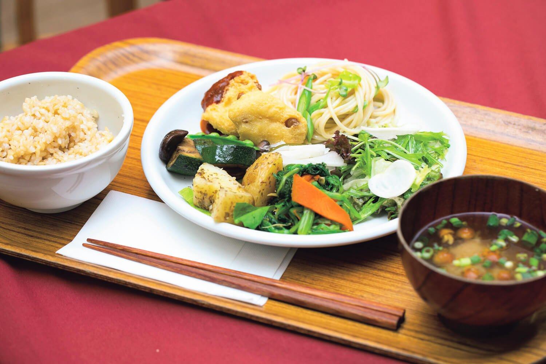 玄米ごはんと味噌汁も付くランチバイキング1528円。