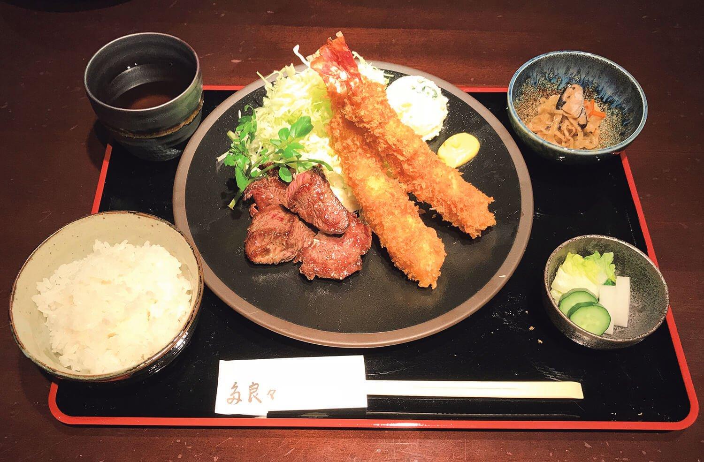 ランチの牛ヒレ一口ステーキとエビフライ定食1800円。