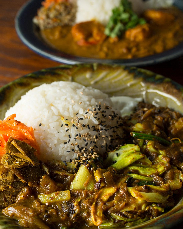 野菜Curry&rice1100円。甘みを増して旨味を吸う、干した大根や長ネギ、エリンギなどが入る。ロースト感も秀逸。海老Curry&rice1300円。