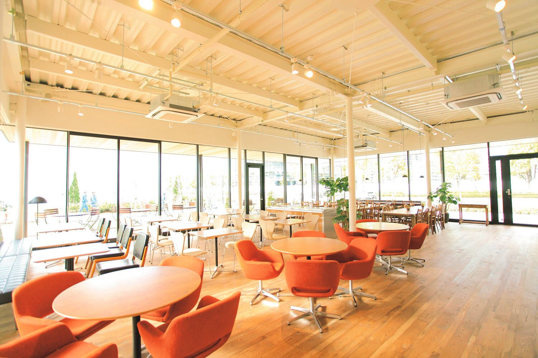 広々としたホール。テーブルや椅子のタイプもいろいろ。外にはテラスもある。