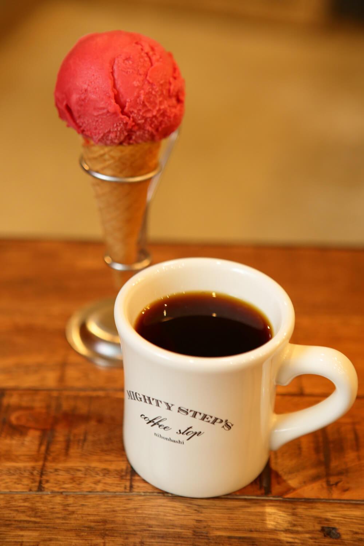 酸味のあるフランボワーズのアイスクリーム520円は、どの豆にもよく合うのでコーヒーのお供にぴったり。
