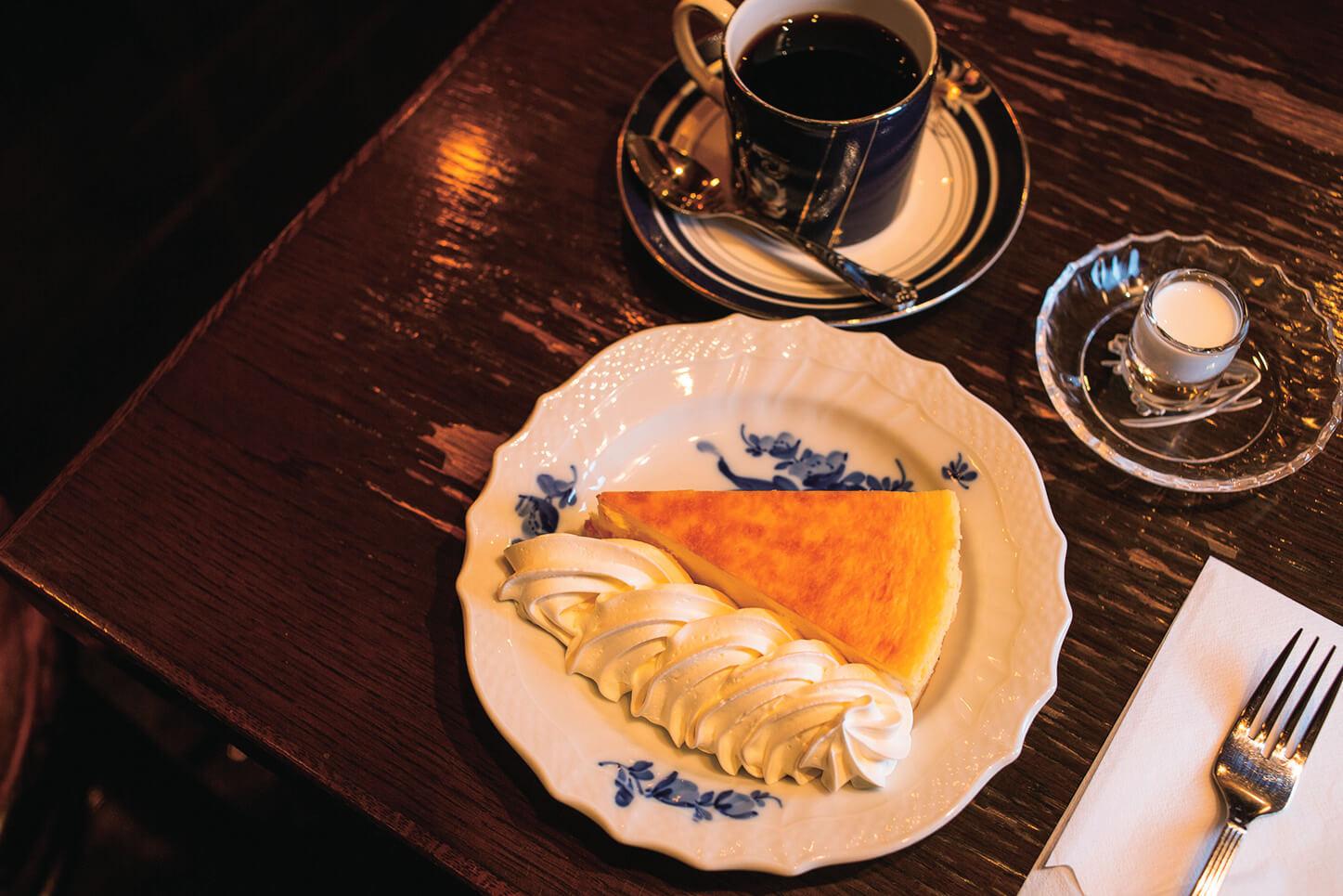 ホイップをたっぷり付けて食べたい、自家製のニューヨークチーズケーキのセット950円(単品は500円)。アイスは+50円。