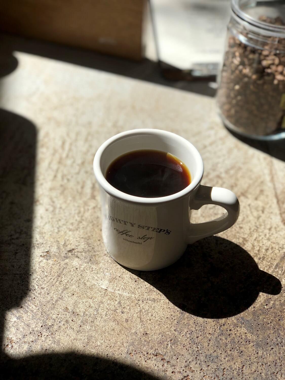 オーナーの石井さんが焙煎する豆を使用したハンドドリップコーヒー520円~。
