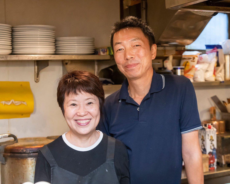 関根志保さんと、オムライス担当の清実さん、夫婦で調理。