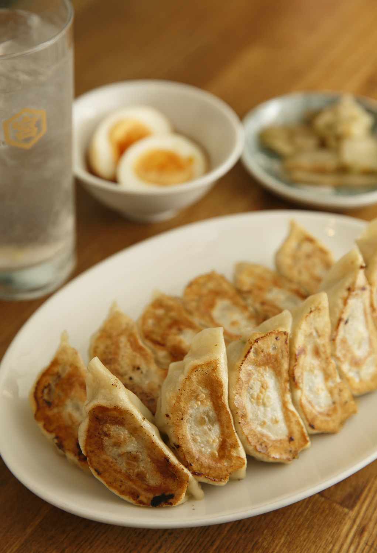 焼き餃子は1人前6個入りで450円(写真は2人前)。おつまみには煮玉子150円、ザーサイ150円もどうぞ。