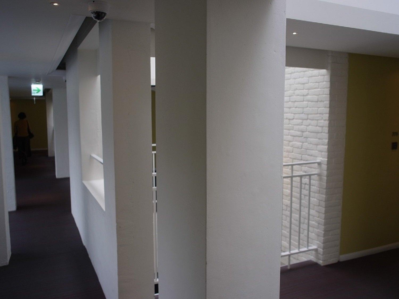 白壁で、清潔感のあるホテル。