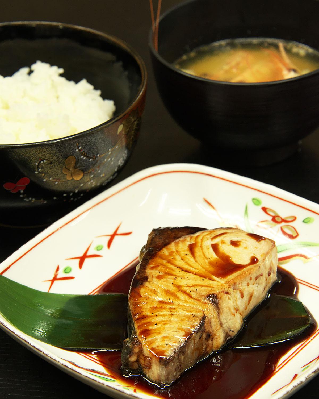 本日の魚定食はブリ照り焼き。味噌汁も価格も日替わりで600~800円。