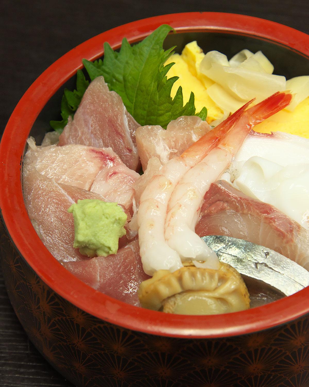 新鮮な刺し身が10数種類のった海鮮丼800円。