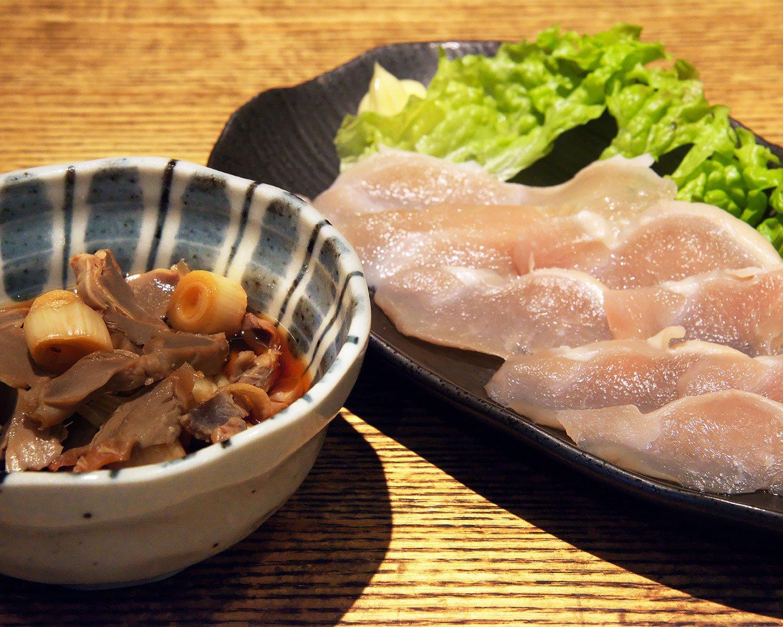 砂肝のスタミナ漬け380円(左)は細切りで食べやすい。あかね鳥の生ハム650円(右)もおすすめ。
