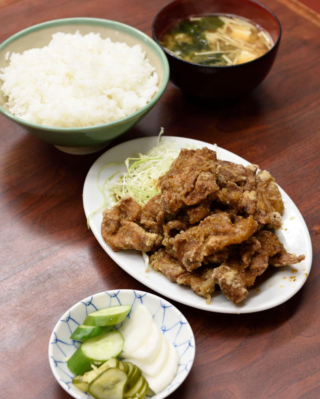 一番人気のブタカラ定食900円。