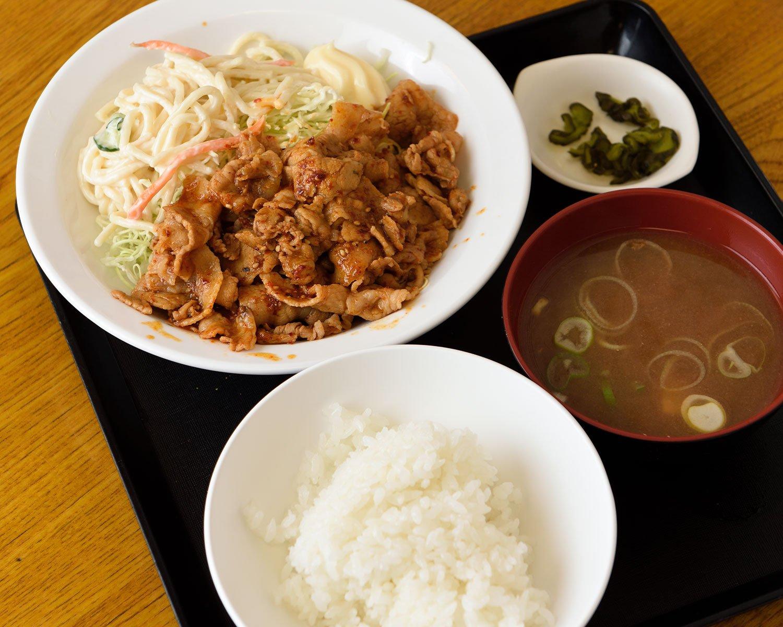 皆「ニクシチ」と呼ぶ豚肉七味炒め定食1030円。