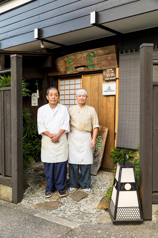 兄の萩原久信さん(左)が料理、弟の敏行さんがそば担当。