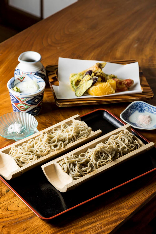 二色そば1200円に野菜天ぷら800円。