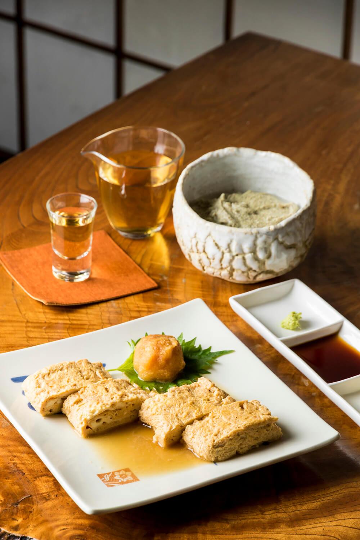 だし巻玉子800円とそばがき800円。長野の黒澤酒造きもとワイン樽熟成1300円など珍しい日本酒も。