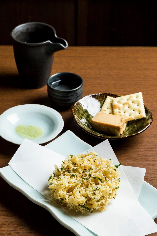 じゃこのかき揚げ470 円と豆腐の味噌漬け370 円。澤乃井の本醸造大辛口650円に合わせる。土・日は田舎そばも打つ。