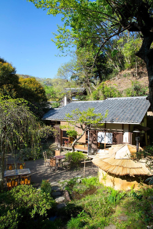 高台からの眺め。たき火小屋、富士山を望む貸し棟、五右衛門風呂棟もある。