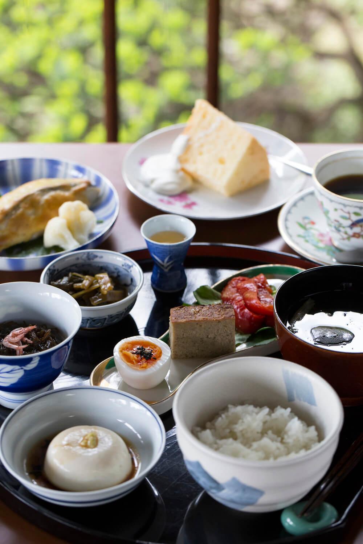 食前酒からスタートする美しいランチ3000円(税別)は、要予約。食後にデザートと飲みものが付く。