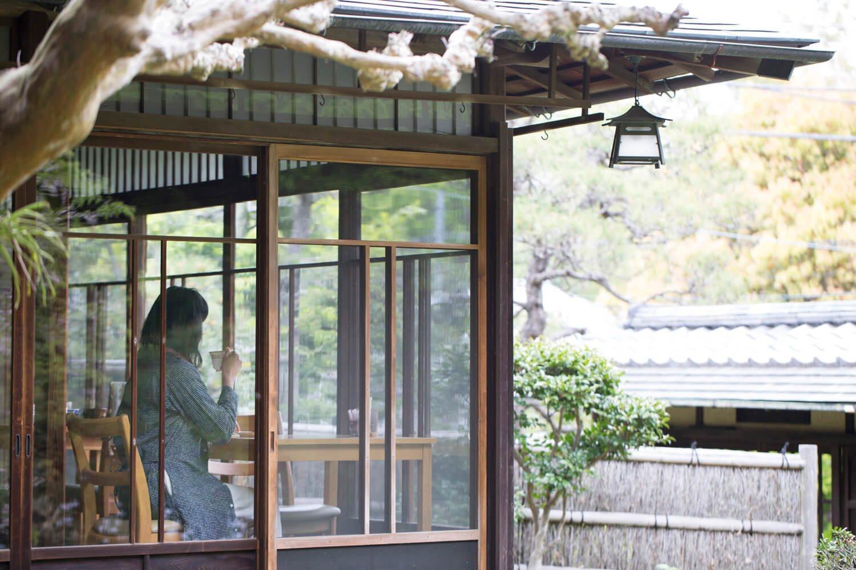 京都の庭師が設計した日本庭園を眺めるひととき。