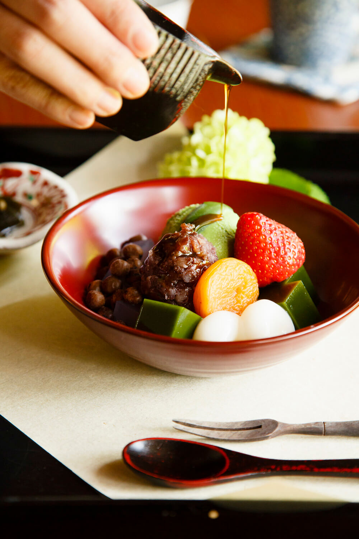 安寧あんみつは、国産の材料で一つひとつ手作りしている。ほうじ茶、口直しの昆布煮が付いて1000円。