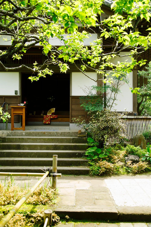庭を望む縁側のカウンター席や、座敷席を用意。