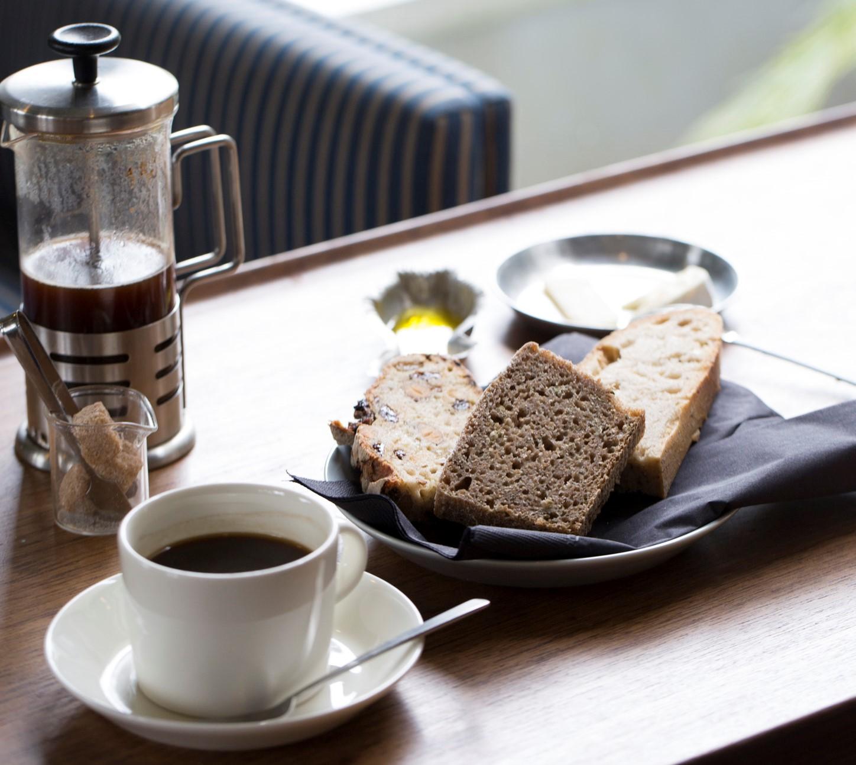 フェンネル入りコンプレなど、好みのパンの盛り合わせ(量り売り)。コーヒー550円。