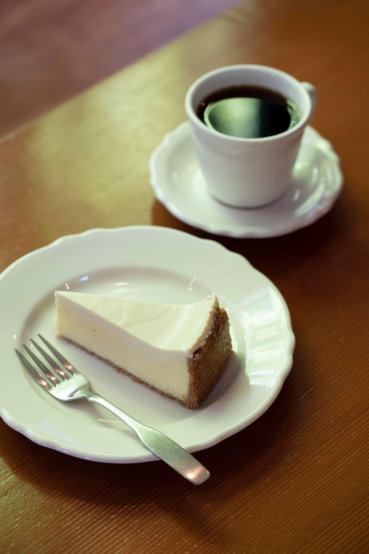 北海道産クリームチーズを使うチーズケーキとコーヒーのセ ット1000円。季節のパイも人気。