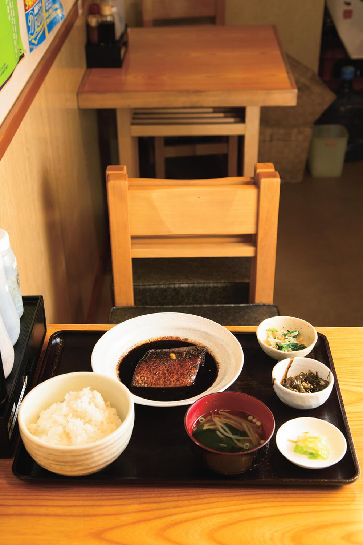 さばの味噌煮定食850円。小鉢2つ付き。