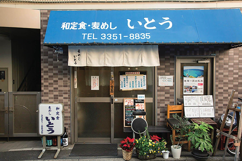 路地裏にひっそりと。鍋島の純米大吟醸など、日本酒好きな伊藤さん厳選の銘柄も楽しめる。