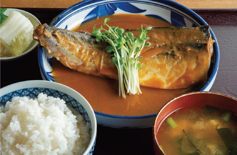 サバの味噌煮定食1050円(変動あり)。お新香の糠漬けに使う糠床は、創業当時からのもの。