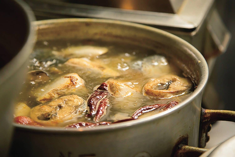 丁寧にアクをとりながら、ひたすら水煮。