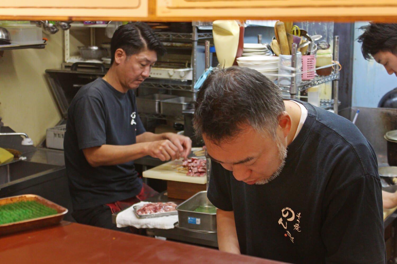 左が店主の渡辺さん、右は常連客に人気のスタッフ坂田さん 。