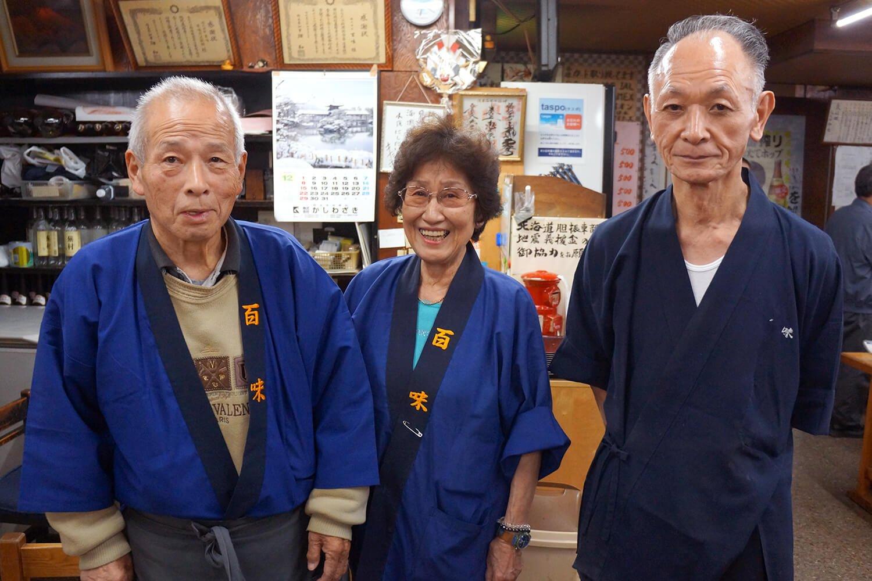 左から、店主の大久保金一郎さん、永峯敏江さん、内堀久利さん
