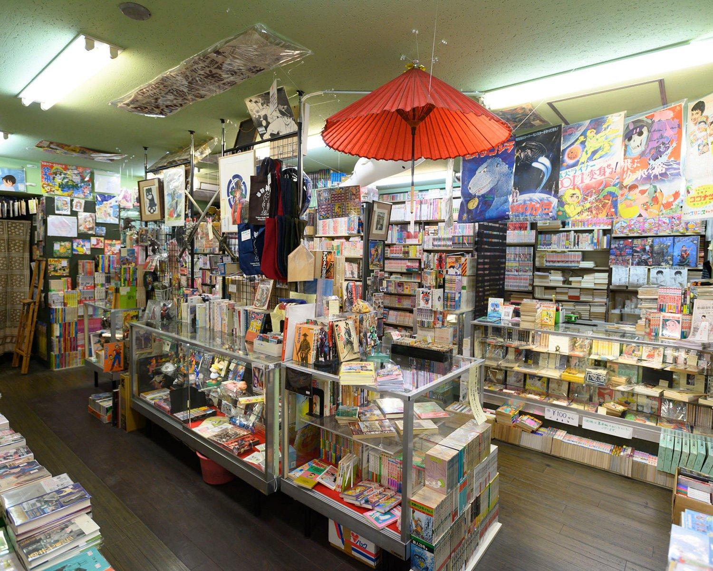 天井には番傘、おめん、ポスターなど。「ほっとする空気感をつくりたい」と西山さん。