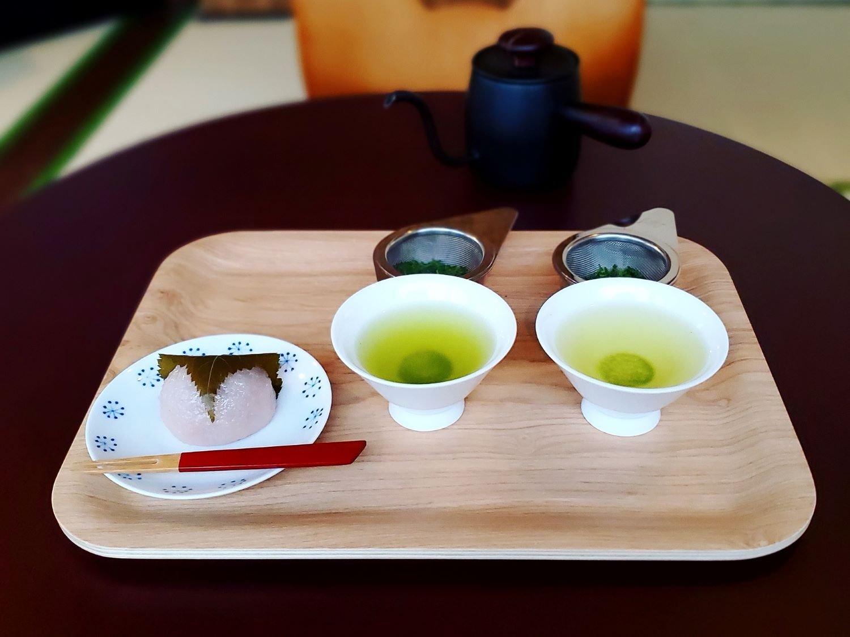 煎茶2種飲み比べセット1000円、道明寺桜餅240円。